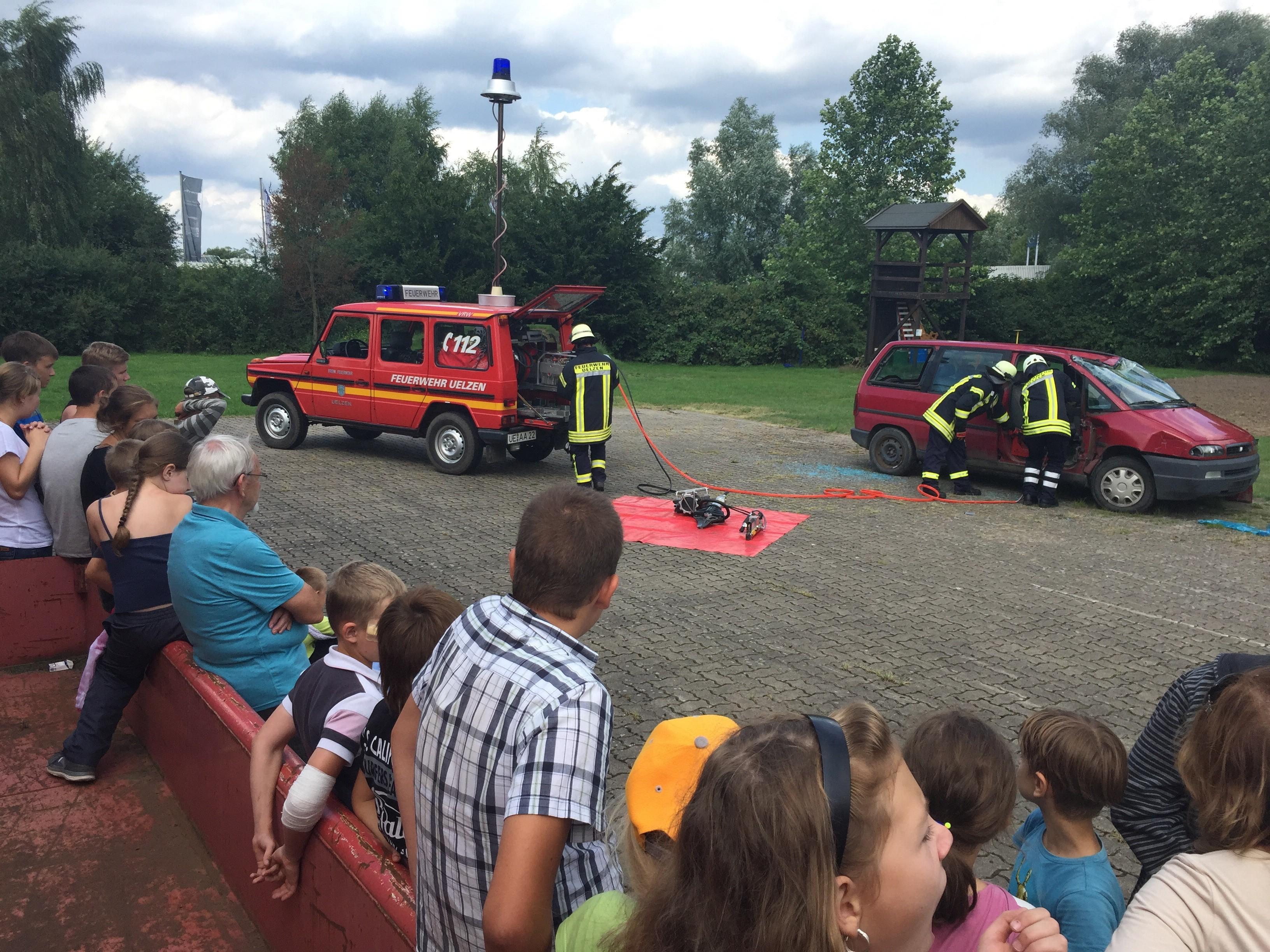 """""""Gomel-Kinder"""" zu Besuch bei der Feuerwehr Uelzen"""