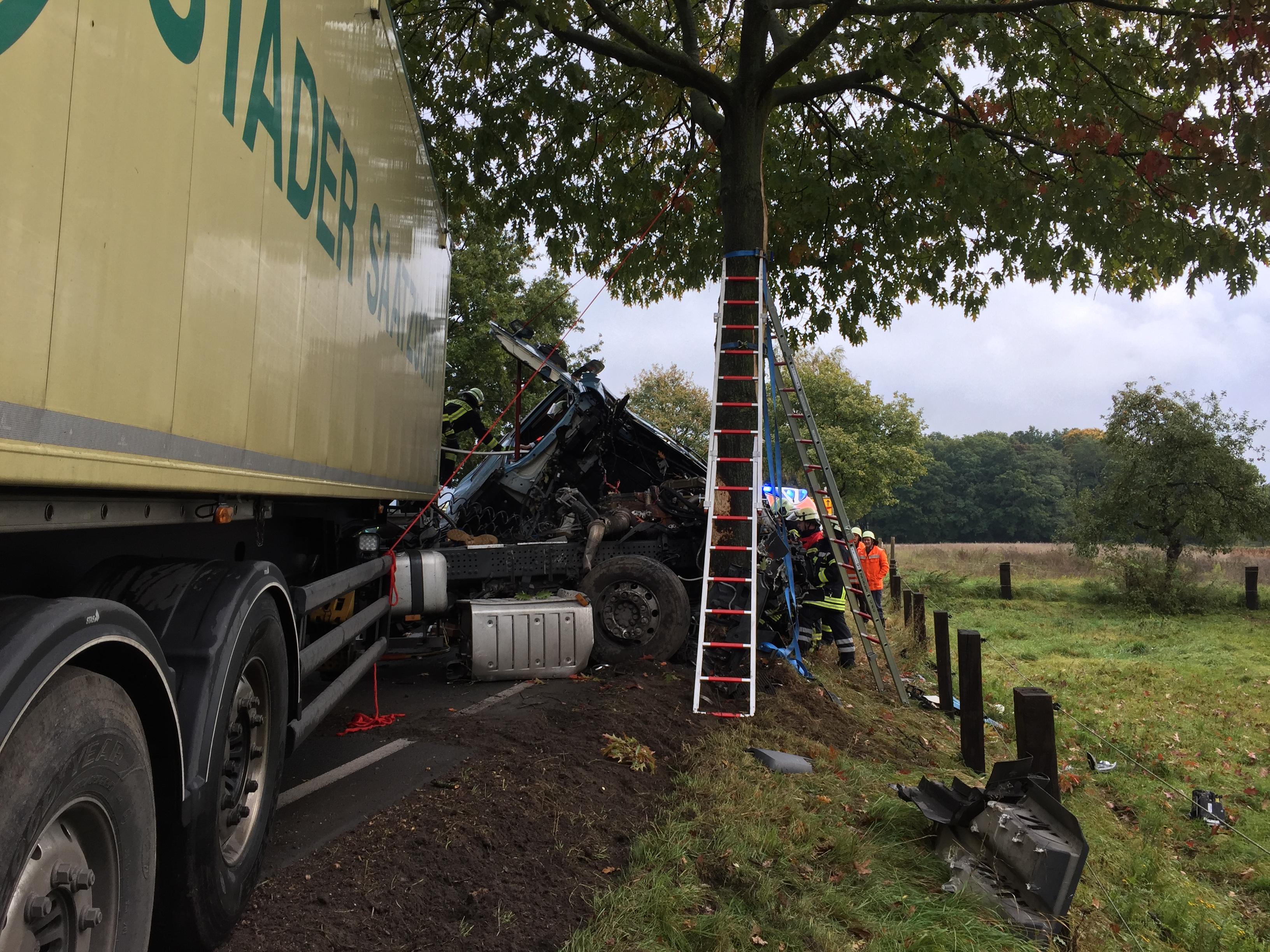 223. Verkehrsunfall mit LKW / Person eingeklemmt
