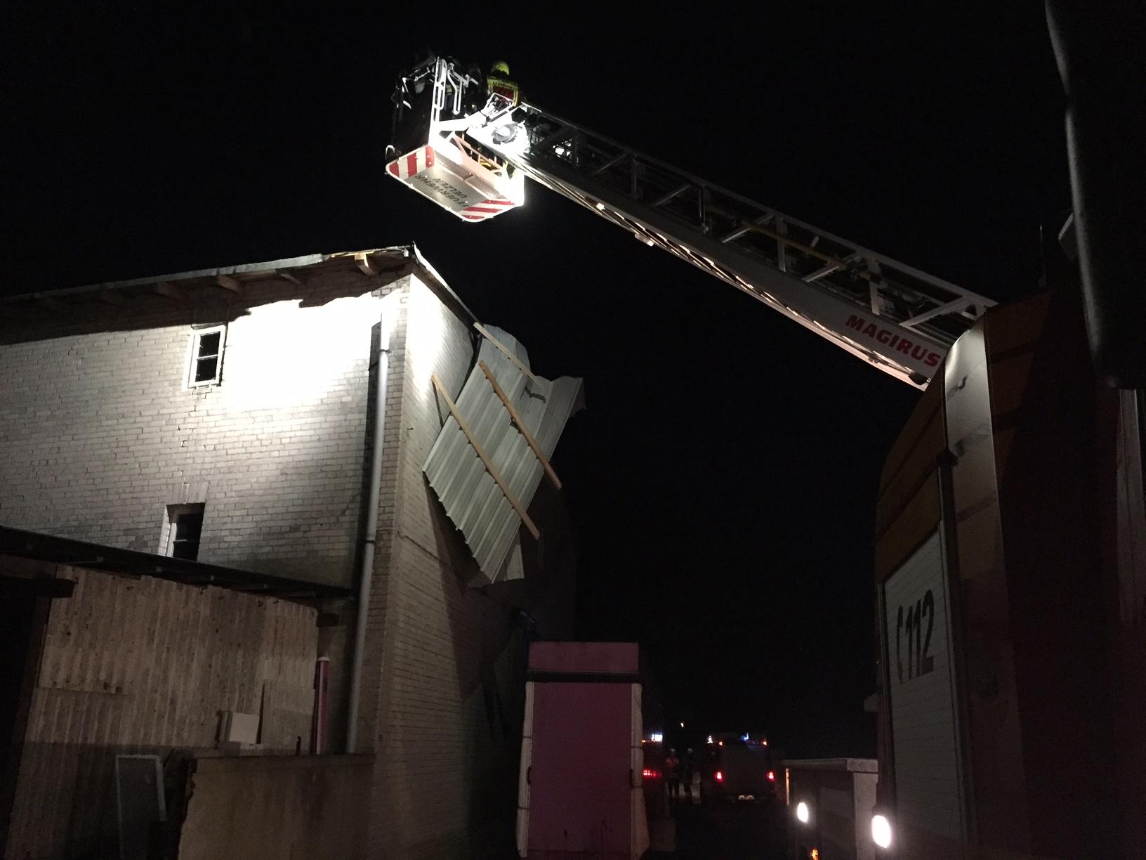 032. Sturmschadenbeseitigung / Dachteile drohen auf Straße zu fallen