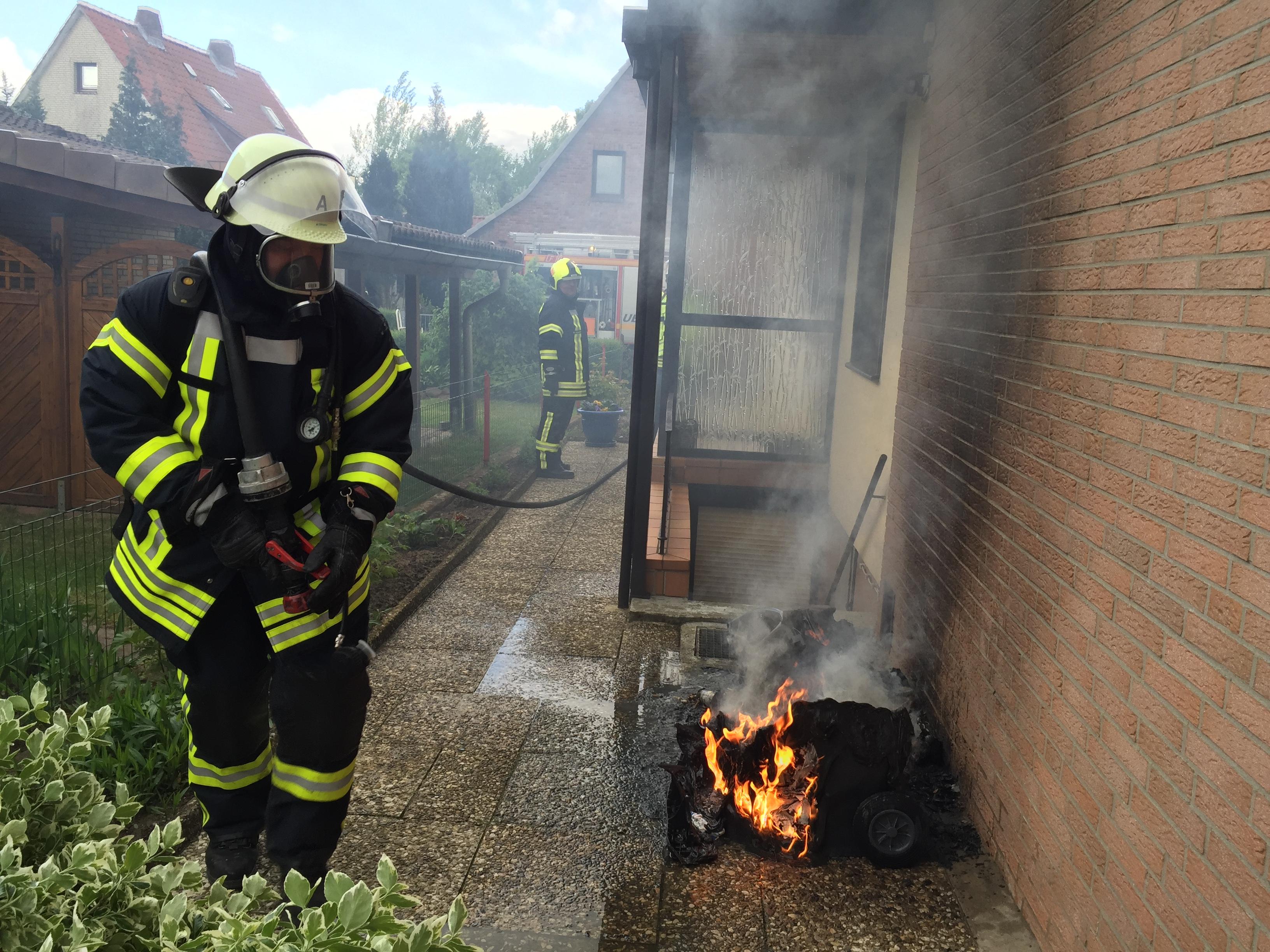 099. Brennen Mülltonnen am Wohnhaus