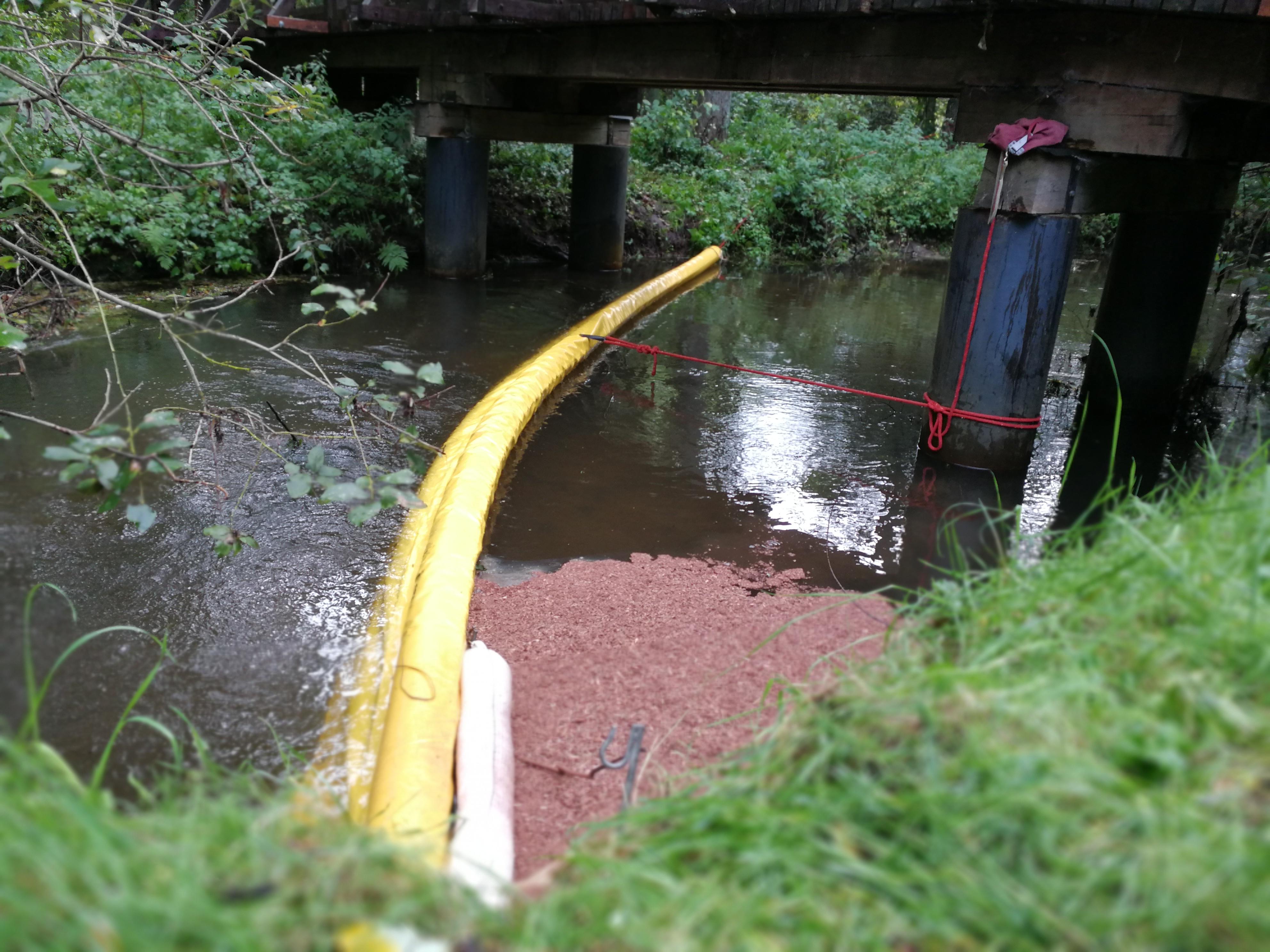 250. Hilfeleistung - - Ölsperre setzen - Ölfilm auf Gewässer