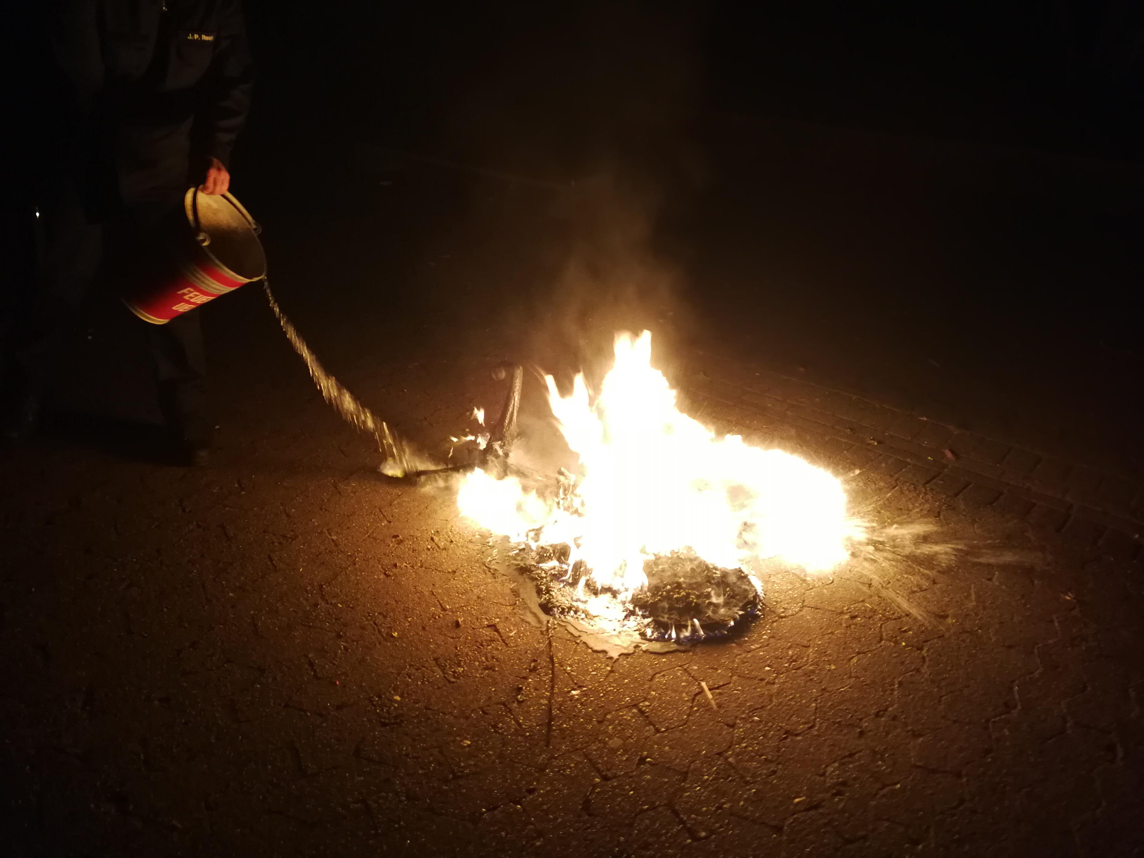 258. F1 - Brennt Bürostuhl auf Schulgelände