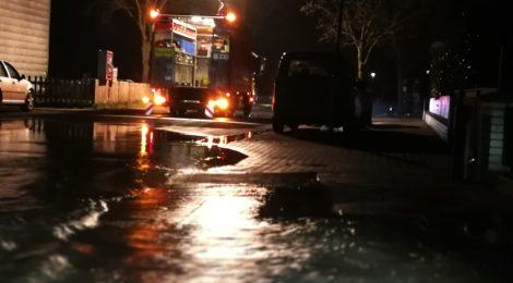 021. Hilfeleistung - - Wasserrohrbruch - Straße unter Wasser