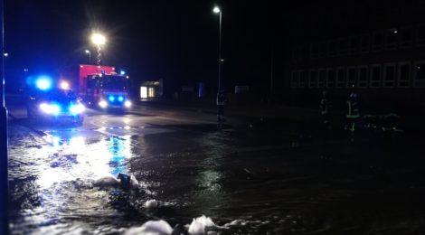 023. Hilfeleistung - - Wasserrohrbruch - Straße unter Wasser