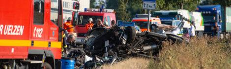 181. Verkehrsunfall Groß - Personen eingeklemmt - PKW gegen LKW