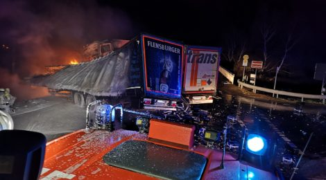 269. Verkehrsunfall Groß - eingeklemmte Person - LKW brennt