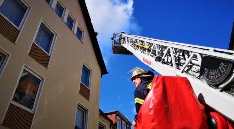 053. Hilfeleistung - - Dachziegel drohen vom Dach zu fallen