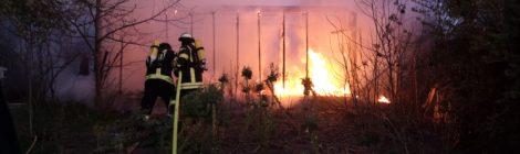073. F2 - Brennt Gartenlaube
