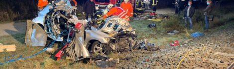 174. Hilfeleistung Groß - - Verkehrsunfall eingeklemmte Person - PKW von Zug erfasst