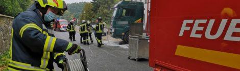 179. Hilfeleistung Groß -- Auslaufende Betriebsstoffe - Kraftstofftank vom LKW aufgerissen