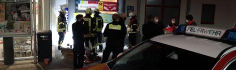 200. H1 - Person zwischen Werbeschild und Hauswand eingeklemmt - Polizei vor Ort